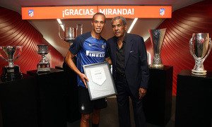 Luiz Pereira handed Miranda a plaque commemorating his 178 matches for our club