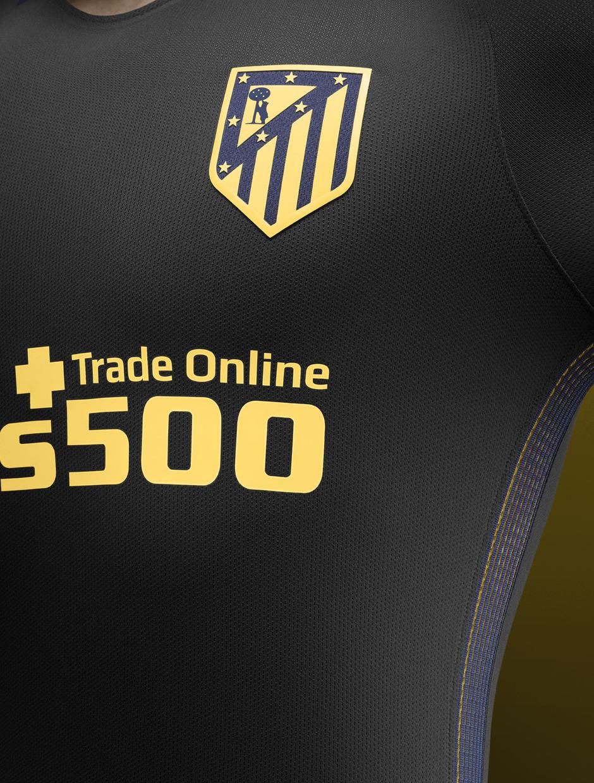 Detalle del escudo y el frontal de la camiseta de la segunda equipación  para la temporada 05cea69cdda54