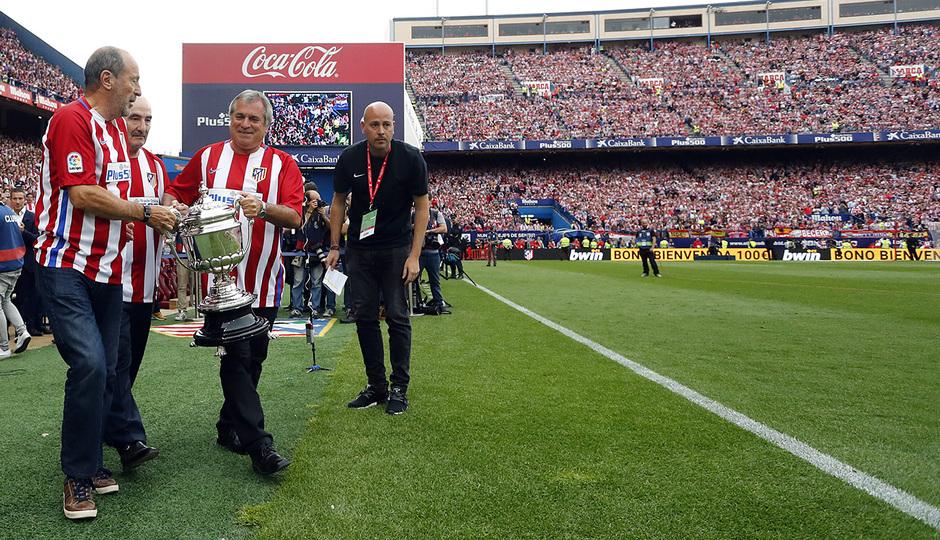 Marcelina, Salcedo y Capón con la Copa del Generalísimo 75-76. Fuente: Web de Atletico de Madrid