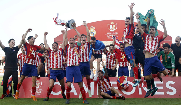 Temp. 17-18 | Final Copa del Rey Juvenil A | Real Madrid-Atlético de Madrid | Foto con la copa