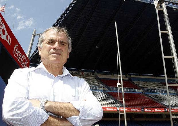 Marcelino se fotografía en frente de la grada preferencial del Estadio Vicente Calderón