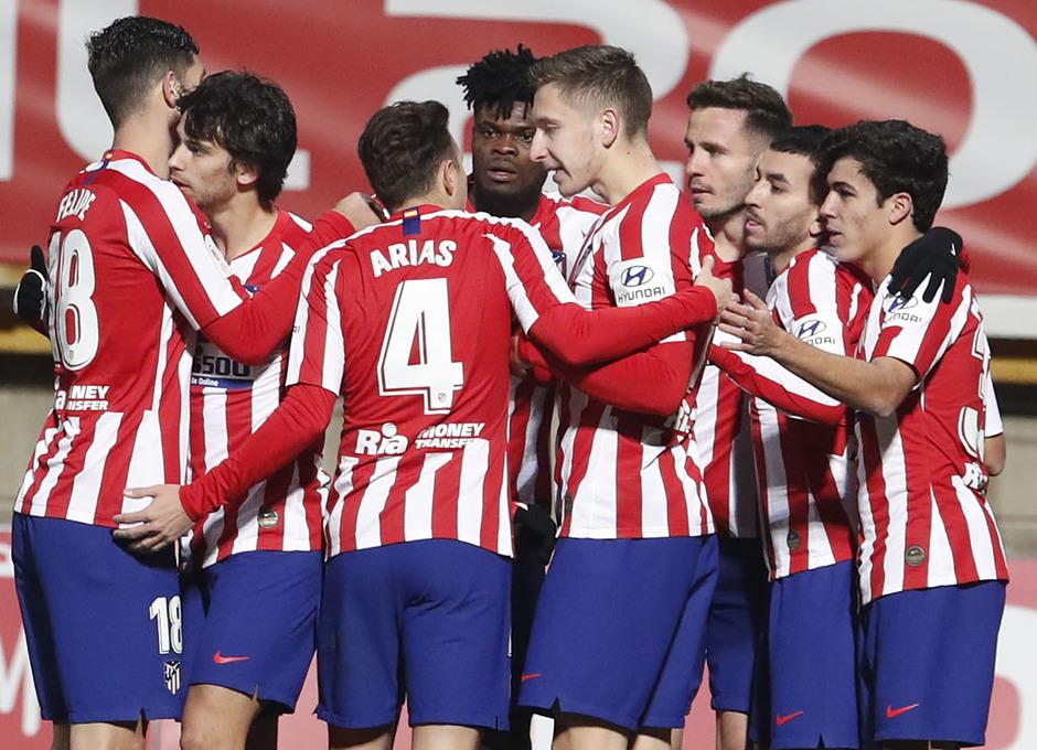 Ivan Saponjic celebra el gol de Correa con el resto de compañeros (Foto: ATM).