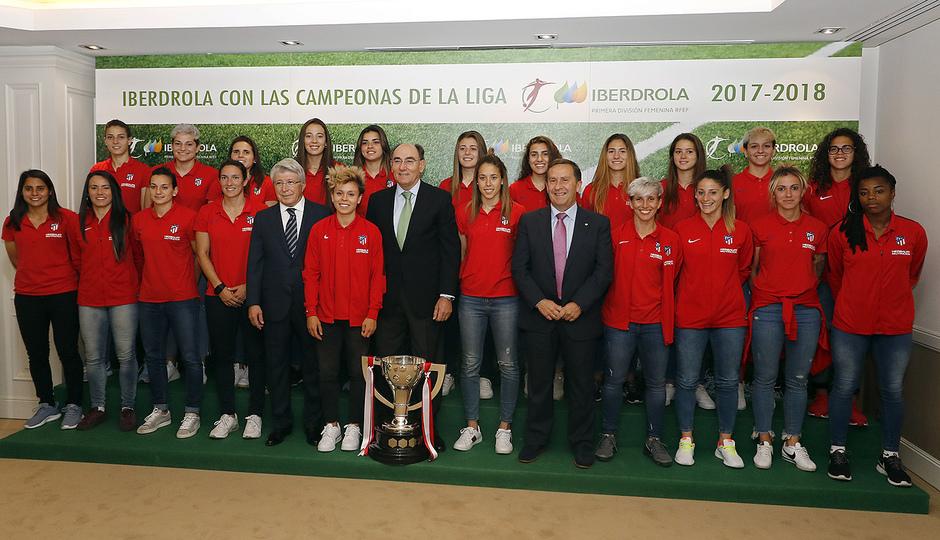 Club atl tico de madrid web oficial visita de nuestro equipo femenino a las oficinas de - Oficinas de iberdrola en madrid ...